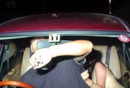 Женщина сломала обе ноги во время секса втроем в движущемся автомобиле