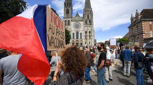 «La quatrième vague, ce sera nous, le peuple» : avec les manifestants anti-pass sanitaire à Chartres
