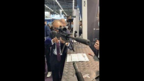 «Ça rigole plus, hein !» : la «blague» d'Eric Zemmour, fusil pointé vers la presse, au salon Milipol