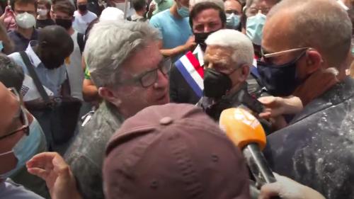 Jean-Luc Mélenchon enfariné lui aussi, en pleine interview (vidéo)