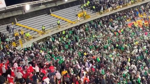 Un match dérape complètement en Colombie: les supporters envahissent le terrain et se battent en tribunes (vidéo)