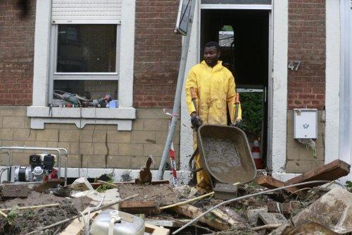 Inondations: l'eau baisse, l'heure est au bilan, plus de 20 morts, un jour de deuil national décrété