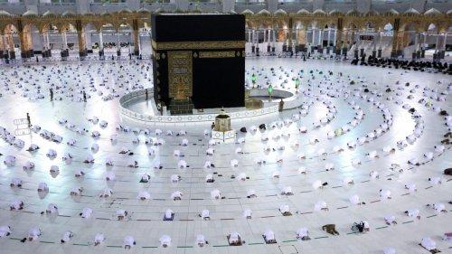 Des pèlerins immunisés se rendent à la Mecque au premier jour du ramadan