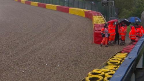 Le départ du GP de Belgique retardé: des commissaires de piste improvisent une partie de pétanque (vidéo)