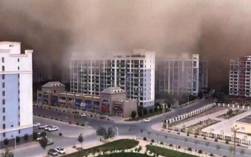 Chine: une spectaculaire tempête de sable engloutit une ville (vidéos)