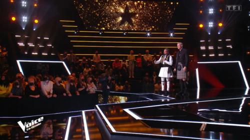The Voice All Stars: Nikos en jupe sur le plateau après un pari avec un finaliste (vidéo)