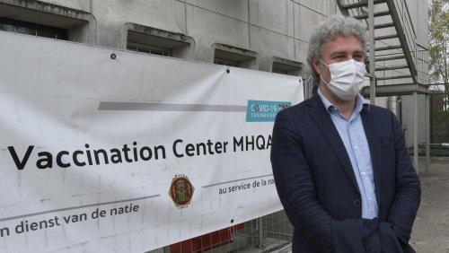 Une pétition remise à Alain Maron pour le respect des droits humains dans les maisons de repos
