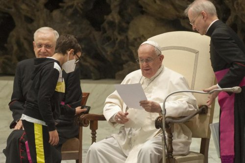 Un garçon perturbe une audience du pape et demande à avoir sa calotte (vidéo)