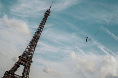 Un funambule relie la Tour Eiffel au Trocadéro (vidéo)