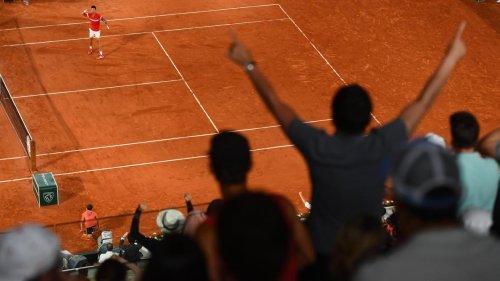 Scène insolite à Roland-Garros: autorisé à rester malgré le couvre-feu, le public scande «Merci Macron!» (vidéo)