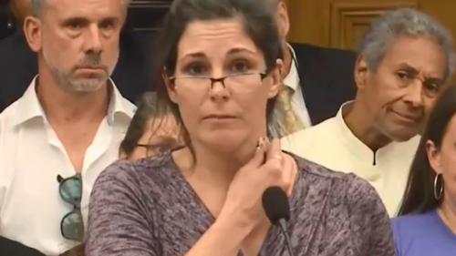 Une infirmière se ridiculise complètement au Parlement en voulant montrer que le vaccin l'a rendue magnétique (vidéo)