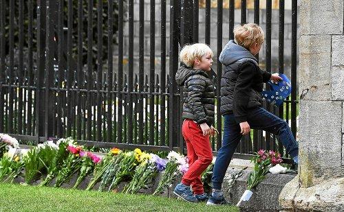 Salves de tirs et recueillement en hommage au prince Philip