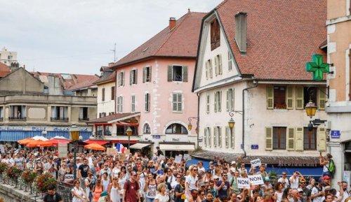 """Manifestations """"pour la liberté"""": A Annecy, une foule hétéroclite au milieu des touristes"""