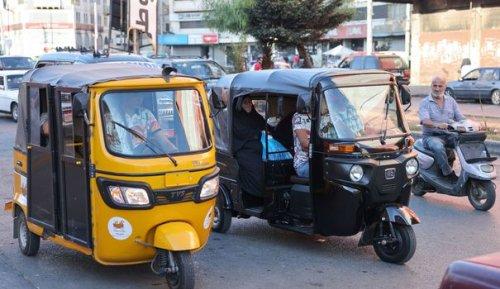 Bus privé, tuk-tuk ou vélo! Les Libanais s'adaptent à la crise