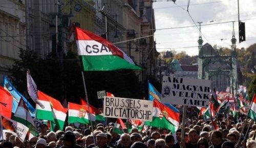"""Hongrie: Orban en meeting dénonce l'attitude """"ennemie"""" de l'Union européenne"""