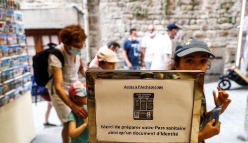 Covid-19: au coeur de l'été, la France craint le grand incendie