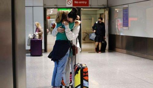 A l'aéroport londonien de Heathrow, les familles transatlantiques enfin réunies