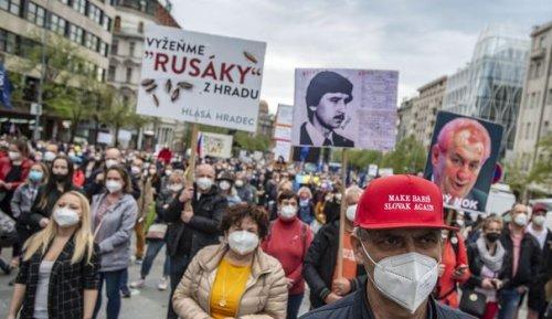 """A Prague, des milliers de manifestants contre un président """"marionette"""" de la Russie"""