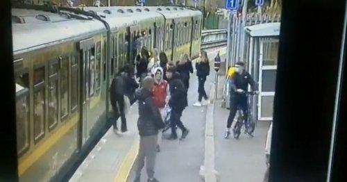 Que sait-on de cette vidéo montrant l'agression d'une femme sur le quai d'une gare ?