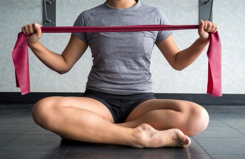 So können Sie mit Theraband-Übungen fit und gesund bleiben
