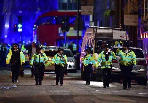 Doppio attentato a Londra, furgone sulla folla: 7 morti e 50 feriti. Polizia uccide tre jihadisti