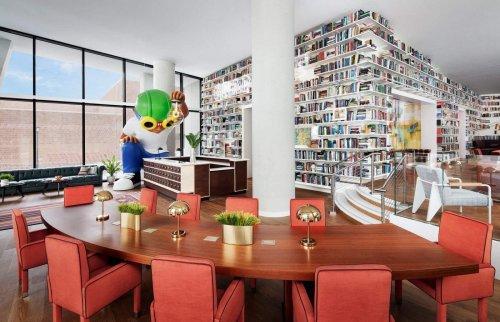 La isla Roosevelt, entre Manhattan y Queens, estrena este verano un hotel con biblioteca propia.