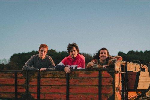 El trio leonés Teleclub debuta con un single de trepidante indie pop.