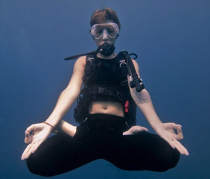 A diving school in Bali is offering underwater yoga and meditation classes : Luxurylaunches