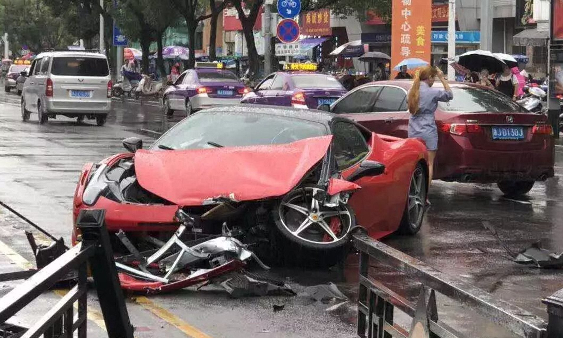 Video – Woman in China completely wrecks a Ferrari 458 minutes after renting it
