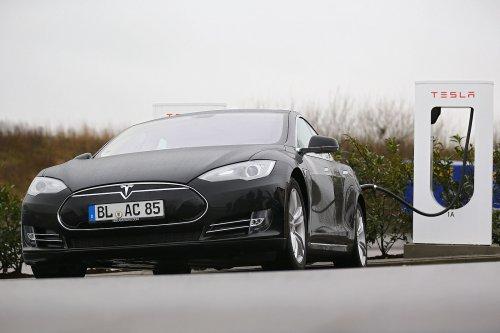 VIDEO: Betrunkener rast mit Tesla über Autobahn - dann passiert das Unfassbare