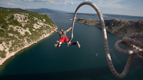 Mann macht 100-Meter-Bungee-Sprung, dann reißt das Seil