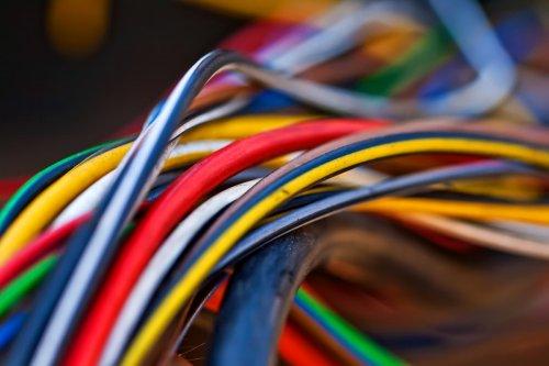 Bleu, vert, noir : que signifie la couleur des fils électriques ?