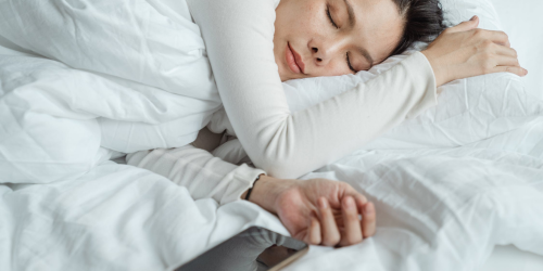 3 Reasons Why Sleeping Next to Your Phone Is a Bad Idea