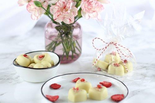Weiße Schokoladen Pralinen mit Frischkäse-Erdbeerfüllung - Mary loves