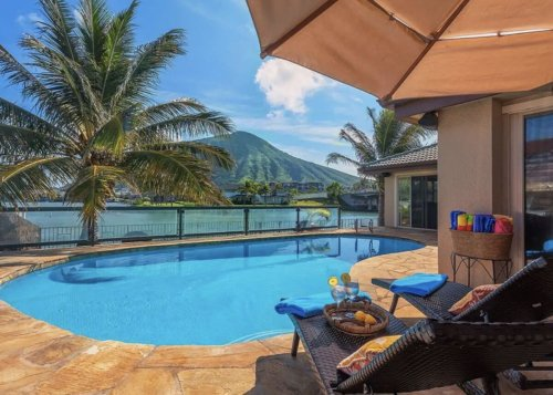 8 stunning Airbnbs on Oahu for lush hills, beach vibes, and supreme sunsets