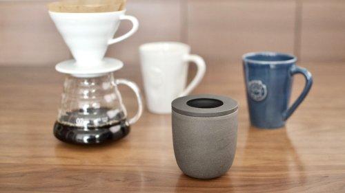 マーナの「コーヒーかす消臭ポット」は、ペーパーフィルターごと入れてOK。手軽に消臭剤として再利用できてうれしいぞ | ROOMIE(ルーミー)