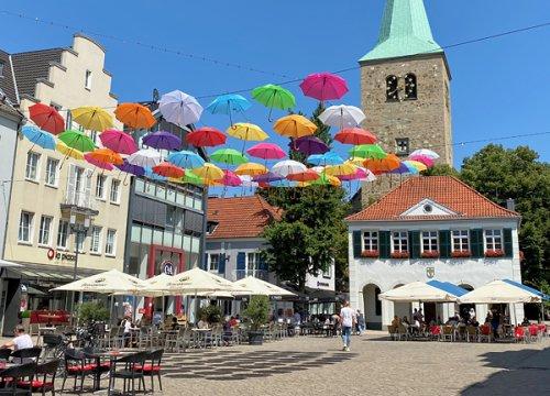 Bunte Schirme in Dorsten - frische Farbtupfer für die Fußgängerzone - meikemeilen -