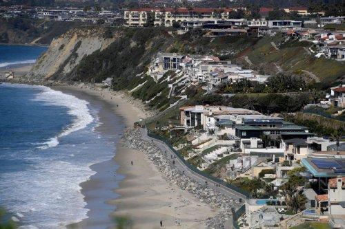 Panga boat lands on exclusive California beach, 15 people seen fleeing