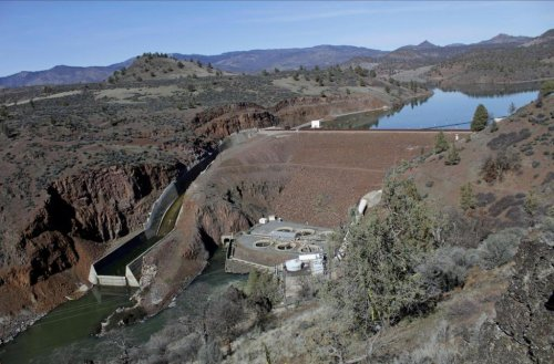 Plan to tear down 4 dams on California-Oregon line clears hurdle