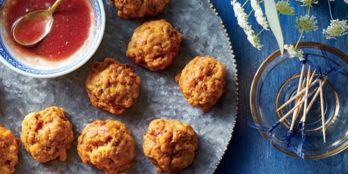 The Tastiest Tiny Thanksgiving Appetizers To Keep Hungry Relatives Entertained