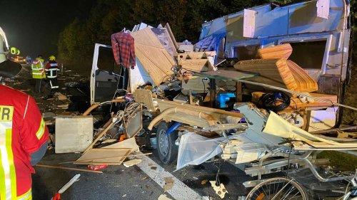 Riesiges Trümmerfeld auf der Autobahn: Lkw kracht ungebremst in Wohnmobil