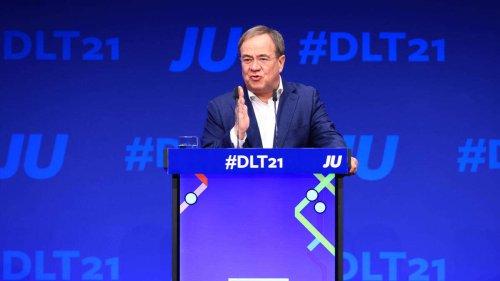 """Schonungslose Rede: Laschet spricht Handyverbot für CDUler aus - dann räumt er mit """"Schäuble-Legende"""" auf"""