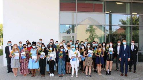 Corona-Jahrgang am Bildungszentrum für Gesundheitsberufe in Erding verabschiedet