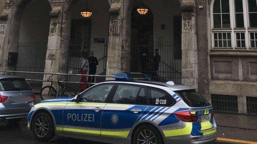 Schon wieder Drohung an Tafel: Unterricht an Münchner Schule endet vorzeitig - Spurensicherung rückt an