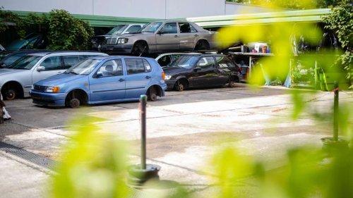 Teure Sportwagen verrotten auf chinesischem Autofriedhof