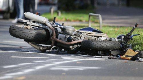 Tragödie auf der Autobahn: Junger Motorradfahrer stirbt nach Sturz - Polizei steht vor Rätsel