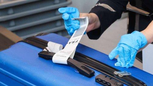 """Pärchen wird am Flughafen wegen zu schwerem Gepäck aufgehalten – und entdeckt """"blinden Passagier"""""""
