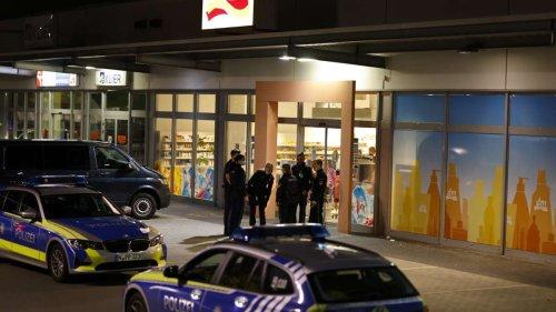 Bewaffneter Mann überfällt dm-Filiale in Nürnberg - Polizei mit eindringlicher Warnung an Bevölkerung