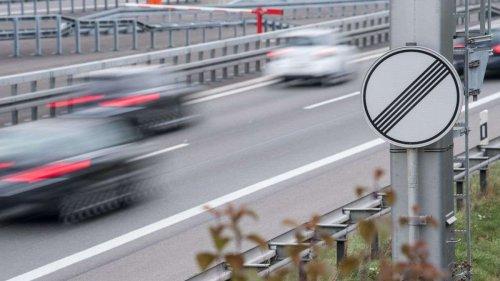 BMW fährt mit 200 auf der Überholspur - plötzlich zieht ein dunkler Wagen direkt vor ihn