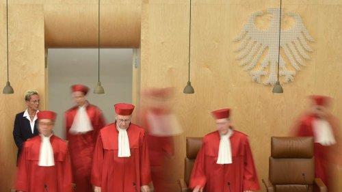 Befangenheitsvorwürfe gegen Karlsruher Richter - gemeinsames Essen mit Bundesregierung